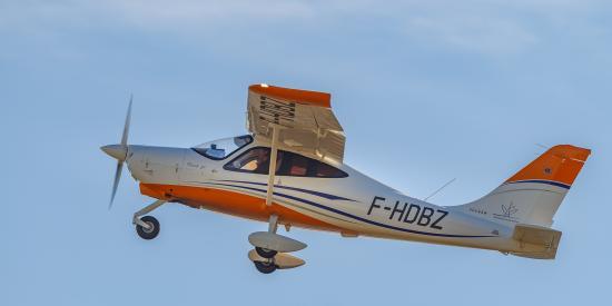 Avion orange et blanc